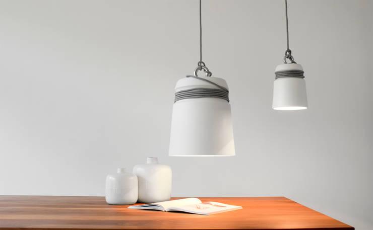 Cable Light large (in vergelijking met de kleine versie): moderne Woonkamer door Patrick Hartog design