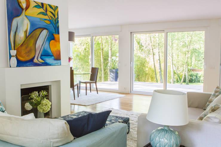 Maison Broilliard: Salon de style  par lara stancich interior design