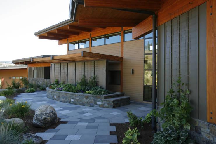 Hangman Valley Residence:  Houses by Uptic Studios