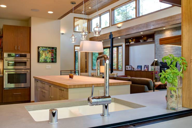 Cocinas de estilo moderno por Uptic Studios