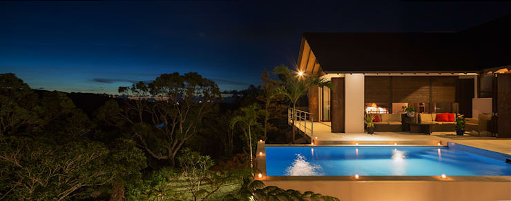 座喜味のヴィラ: 岡部義孝建築設計事務所が手掛けた家庭用プールです。