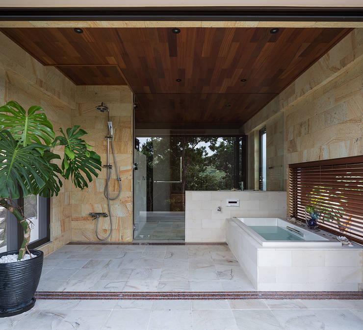 座喜味のヴィラ: 岡部義孝建築設計事務所が手掛けた浴室です。
