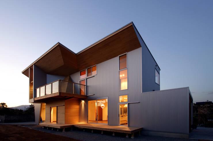 福岡・X 夕景: 塔本研作建築設計事務所が手掛けた家です。