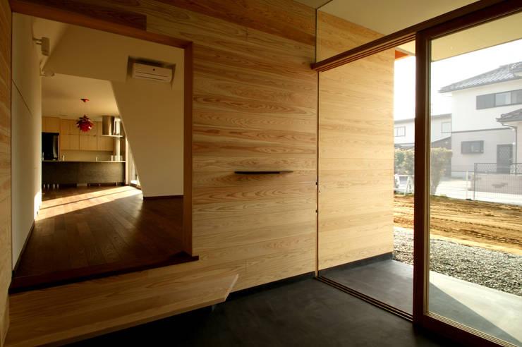 玄関土間: 塔本研作建築設計事務所が手掛けた窓です。