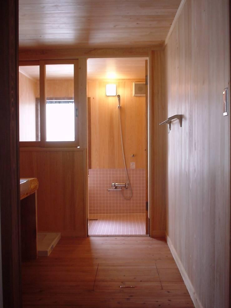 洗面浴室: 土公建築・環境設計室   DOKO Archtecture & Environmental Designsが手掛けたです。