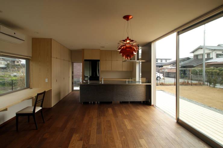 福岡・X: 塔本研作建築設計事務所が手掛けたダイニングです。