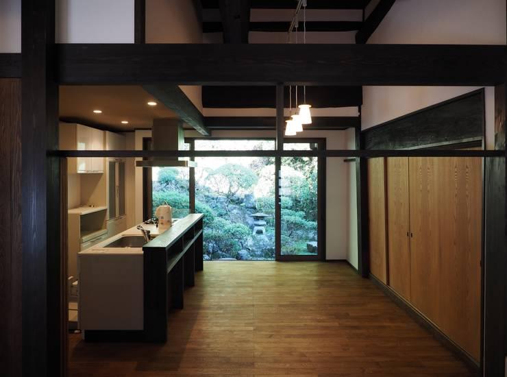 ダイニングキッチンからの東の庭: 土公建築・環境設計室   DOKO Archtecture & Environmental Designsが手掛けたです。