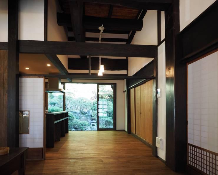 東の庭との大きな一体感: 土公建築・環境設計室   DOKO Archtecture & Environmental Designsが手掛けたです。