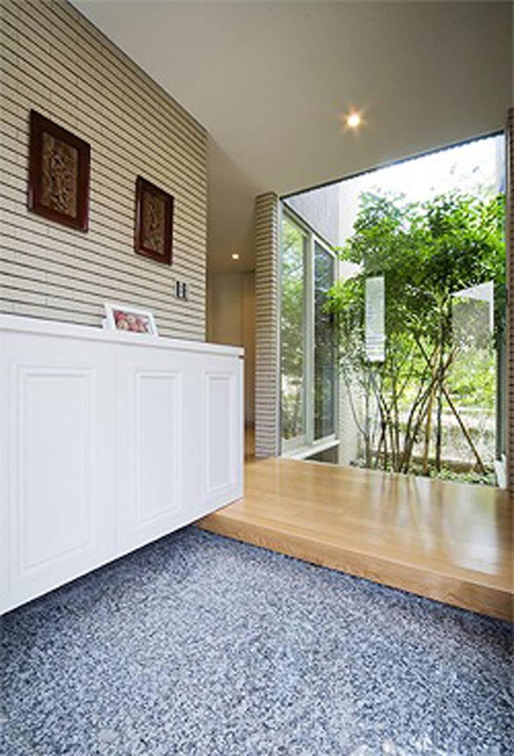内玄関: 株式会社 間瀬己代治設計事務所が手掛けた壁です。