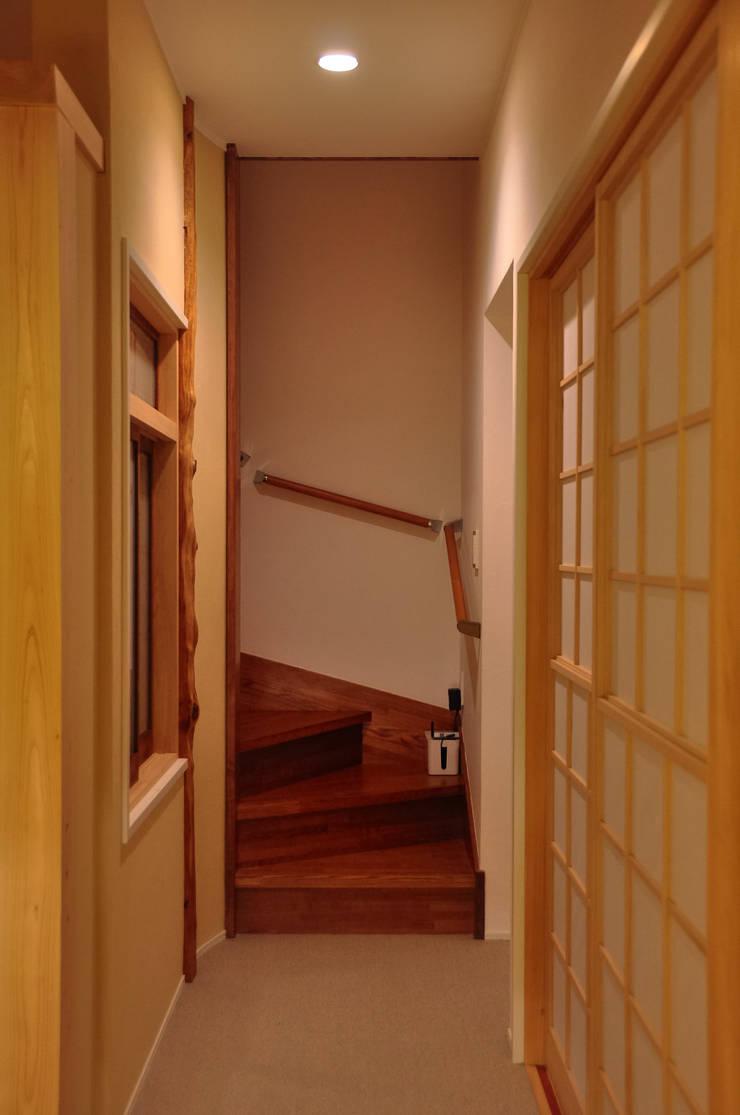 Pasillos y hall de entrada de estilo  por 株式会社アトリエカレラ, Clásico