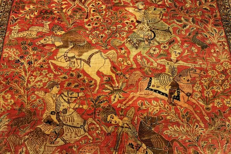 Ghom Antique - dywan jedwabny tkany ręcznie w Iranie; zbliżenie na postacie jeźdźców / Sprzedany: styl , w kategorii Sztuka zaprojektowany przez Sarmatia Trading