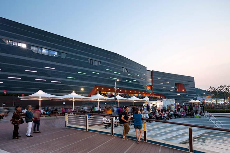 수변데크: Gansam Architects & Partners의  전시장