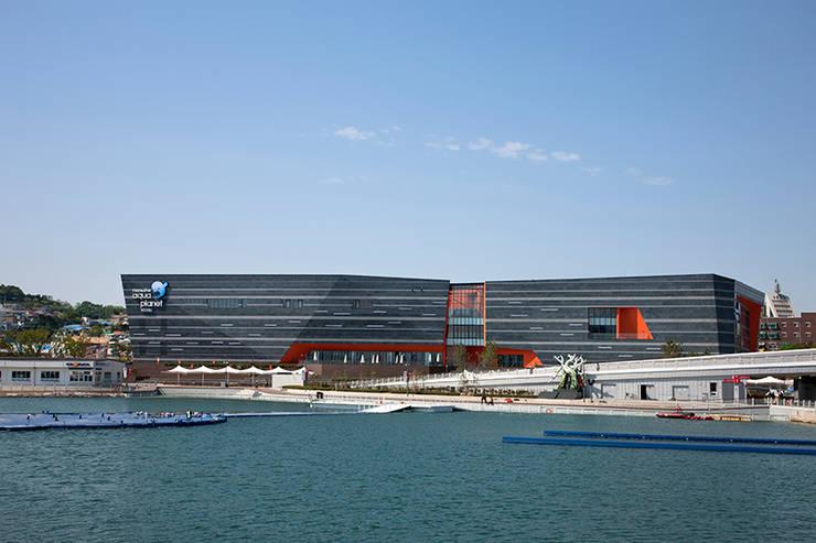 바다에서 바라본 전경: Gansam Architects & Partners의  전시장