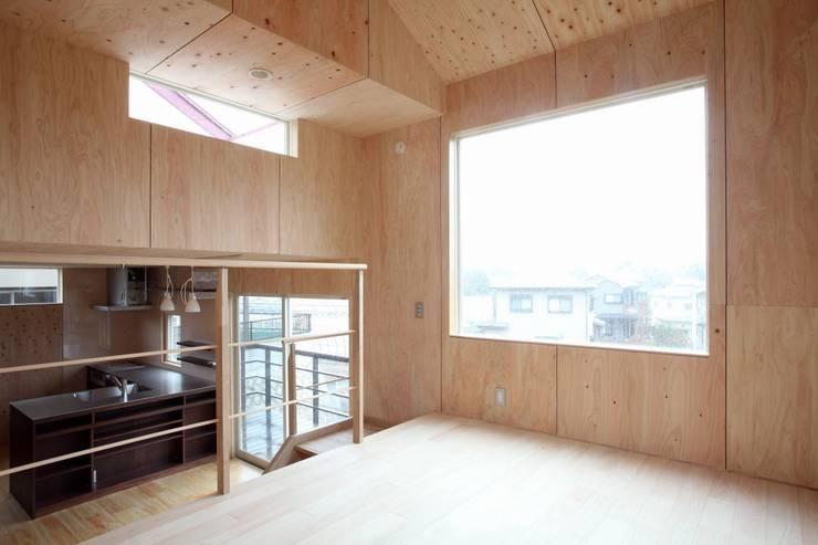 YNGH 吉野の小さな廻る家: 太田則宏建築事務所が手掛けたリビングです。