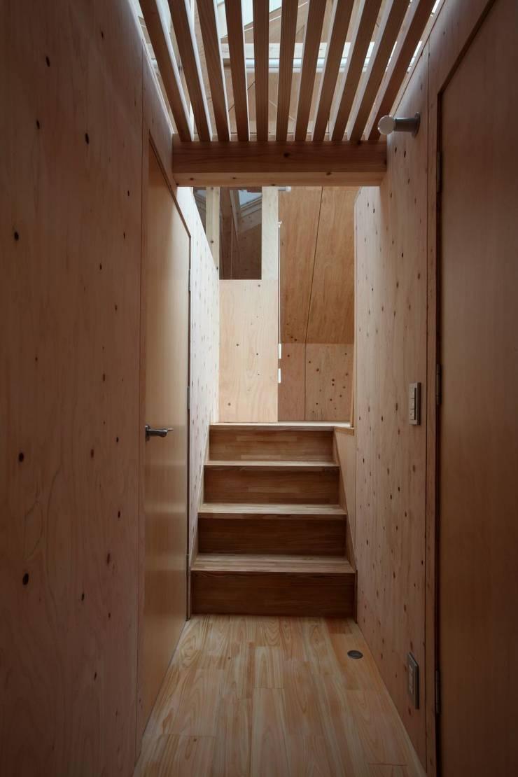 YNGH 吉野の小さな廻る家: 太田則宏建築事務所が手掛けた廊下 & 玄関です。