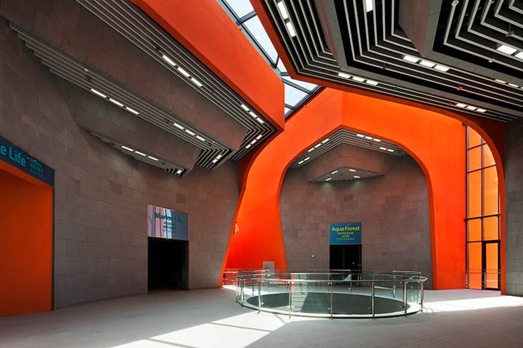 아쿠아플라자: Gansam Architects & Partners의  전시장