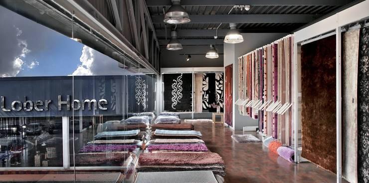 Showroom alfombras: Paredes y suelos de estilo ecléctico de Grupo Lober