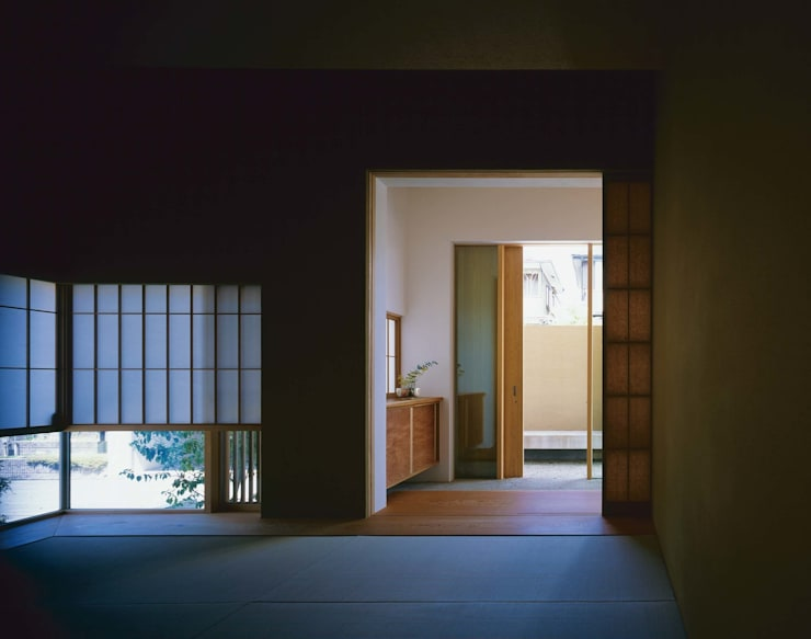 和室から玄関への抜け: 株式会社 建築工房enが手掛けた和室です。