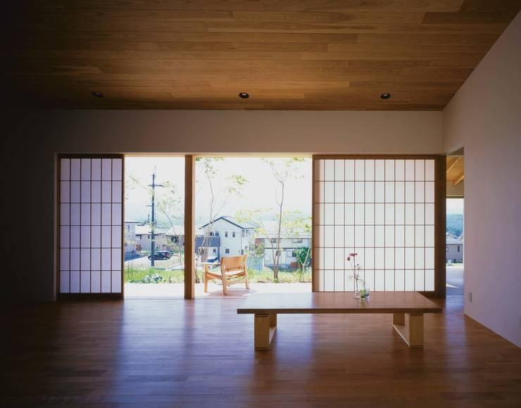 リビングから吉野山を望む: 株式会社 建築工房enが手掛けたリビングです。