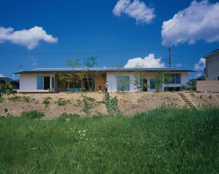 自然になじむ長い外観: 株式会社 建築工房enが手掛けた家です。