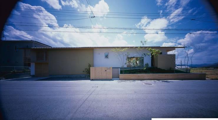客人を出迎える外観: 株式会社 建築工房enが手掛けた家です。