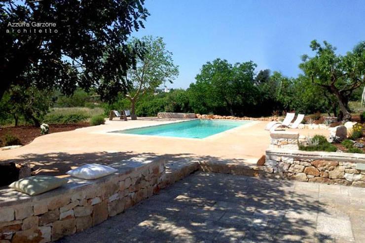 Complesso trulli. Valle d'Itria: Piscina in stile in stile Mediterraneo di Azzurra Garzone architetto