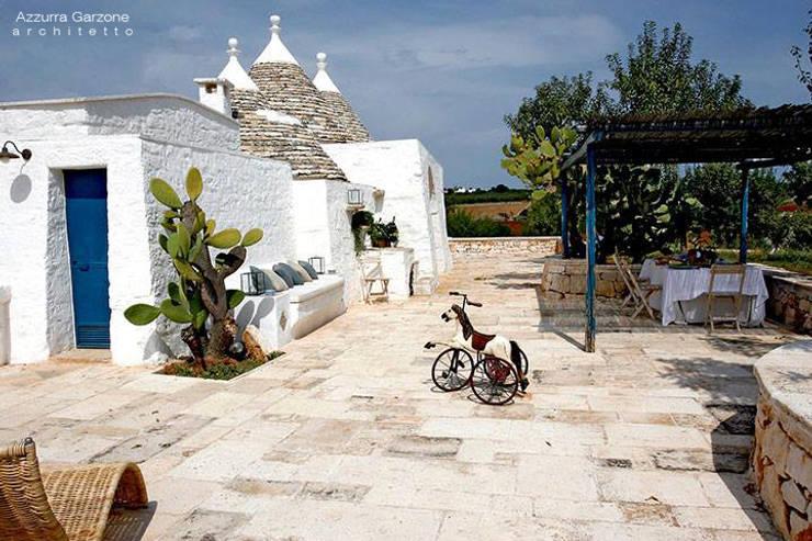 Complesso trulli. Valle d'Itria: Giardino in stile in stile Mediterraneo di Azzurra Garzone architetto