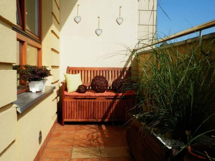 Projekt balkonu: styl , w kategorii Taras zaprojektowany przez ARCHITEKTONIA Studio Architektury Krajobrazu Agnieszka Szamocka -Niemas,Klasyczny