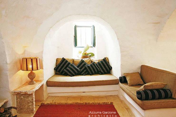 Complesso trulli. Valle d'Itria: Soggiorno in stile in stile Mediterraneo di Azzurra Garzone architetto