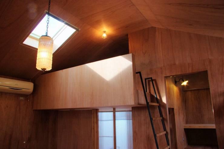 KMGO 小松原の小さなSOHO: 太田則宏建築事務所が手掛けたリビングです。