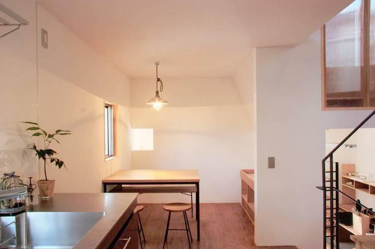 KMGO 小松原の小さなSOHO: 太田則宏建築事務所が手掛けたダイニングです。