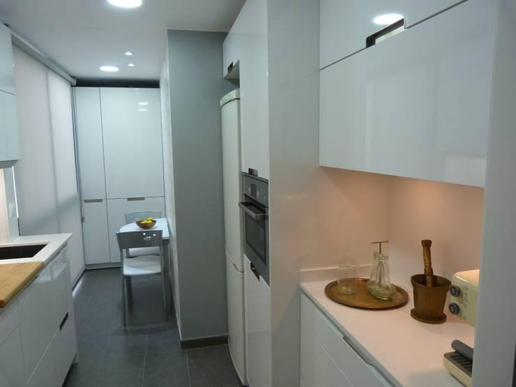 Cocina E&E. cocina y lavadero en una sola pieza: Cocinas de estilo  de RENOVA INTERIORS