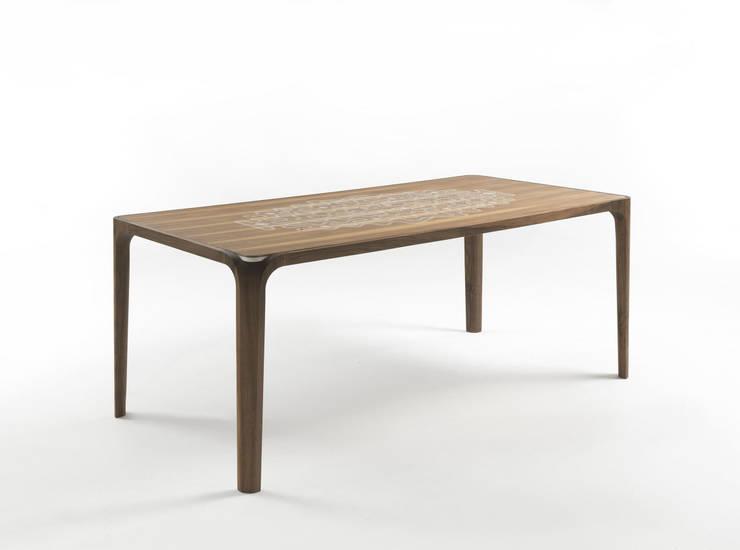 Tombolo: Sala da pranzo in stile  di _blank | design studio