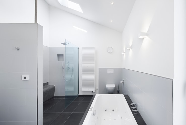 Wohnhaus Blechhof Dormagen: minimalistische Badezimmer von Wichmann Architekten Ingenieure GmbH