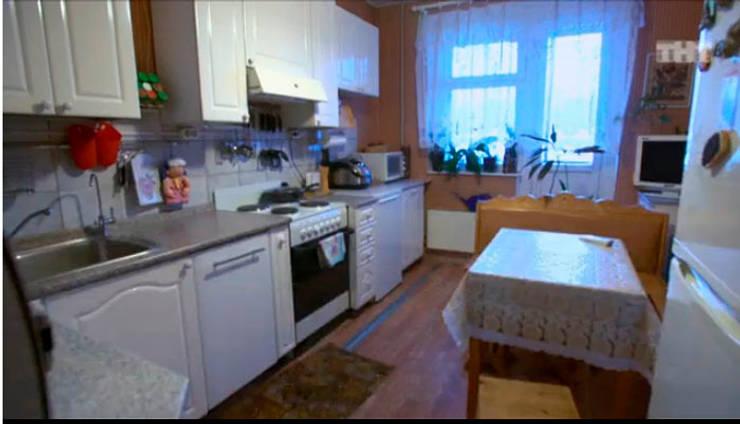 Так выглядела кухня героев программы до переделки.:  в . Автор – Дизайн-студия HOLZLAB
