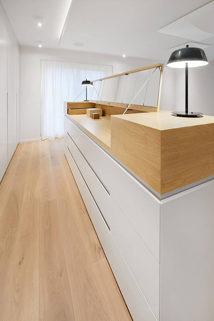 Wrocław / Biskupin, dom – 365m2: styl , w kategorii Garderoba zaprojektowany przez razoo-architekci