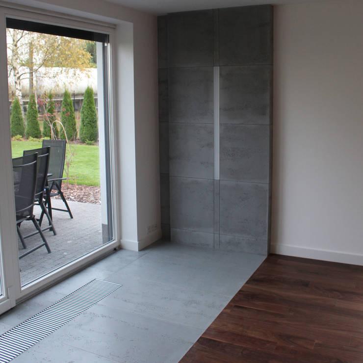 Płyty z betonu architektonicznego na ściany i posadzki: styl , w kategorii Salon zaprojektowany przez Luxum,Nowoczesny