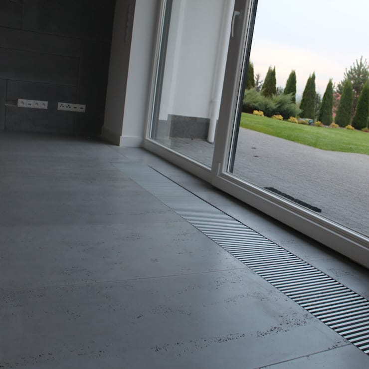 Płyty z betonu architektonicznego na podłogi: styl , w kategorii Salon zaprojektowany przez Luxum