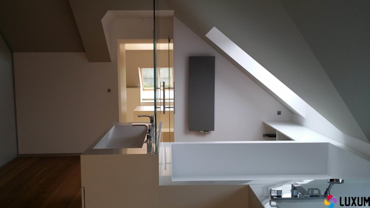Zabudowa sanitarna od Luxum: styl , w kategorii Łazienka zaprojektowany przez Luxum