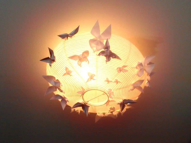 Les papillons sont attirés vers la lumière: Chambre de style de style eclectique par Marie Be Design