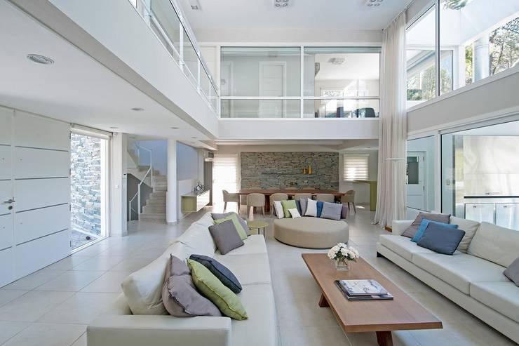 Cariló: Livings de estilo  por Estudio Sespede Arquitectos