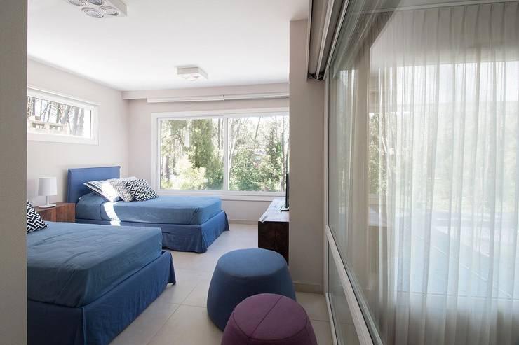 Camera da letto in stile in stile Moderno di Estudio Sespede Arquitectos