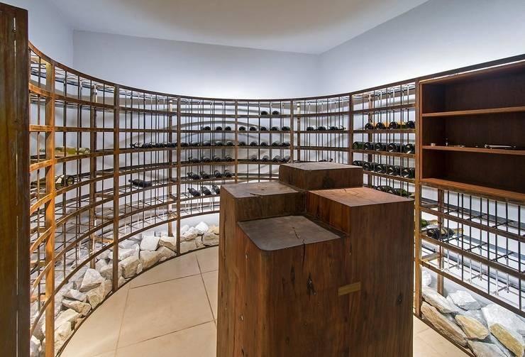 Cariló: Bodegas de estilo  por Estudio Sespede Arquitectos