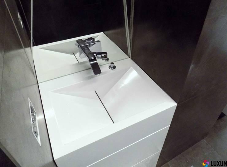 Umywalka z odpływem liniowym: styl , w kategorii Łazienka zaprojektowany przez Luxum,