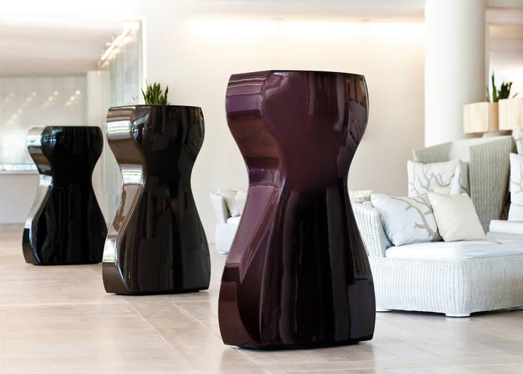 VENUS prune - chocolate - black: Soggiorno in stile in stile Moderno di 21st-design