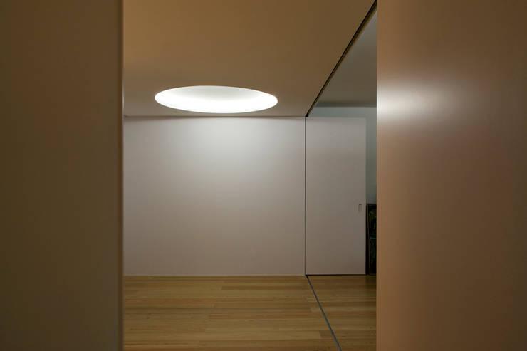 M Apartment: Corredores e halls de entrada  por TERNULLOMELO Architects