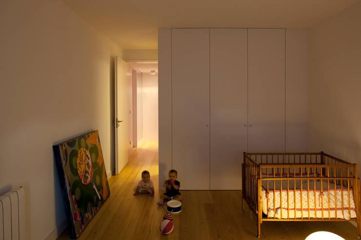 M Apartment: Quartos de criança  por TERNULLOMELO Architects