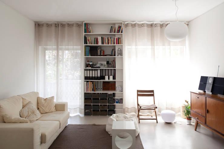 TM Apartment: Salas de estar modernas por TERNULLOMELO Architects