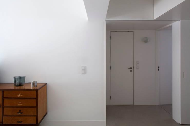 TM Apartment: Corredores e halls de entrada  por TERNULLOMELO Architects