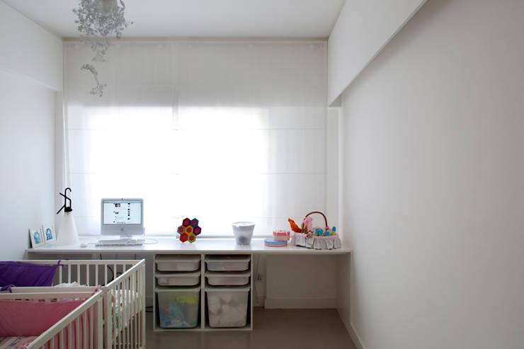 TM Apartment: Quartos de criança modernos por TERNULLOMELO Architects